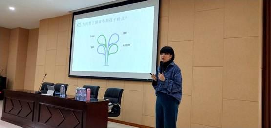 """我校初2018级19班举办""""青春期应对技巧""""专题讲座"""