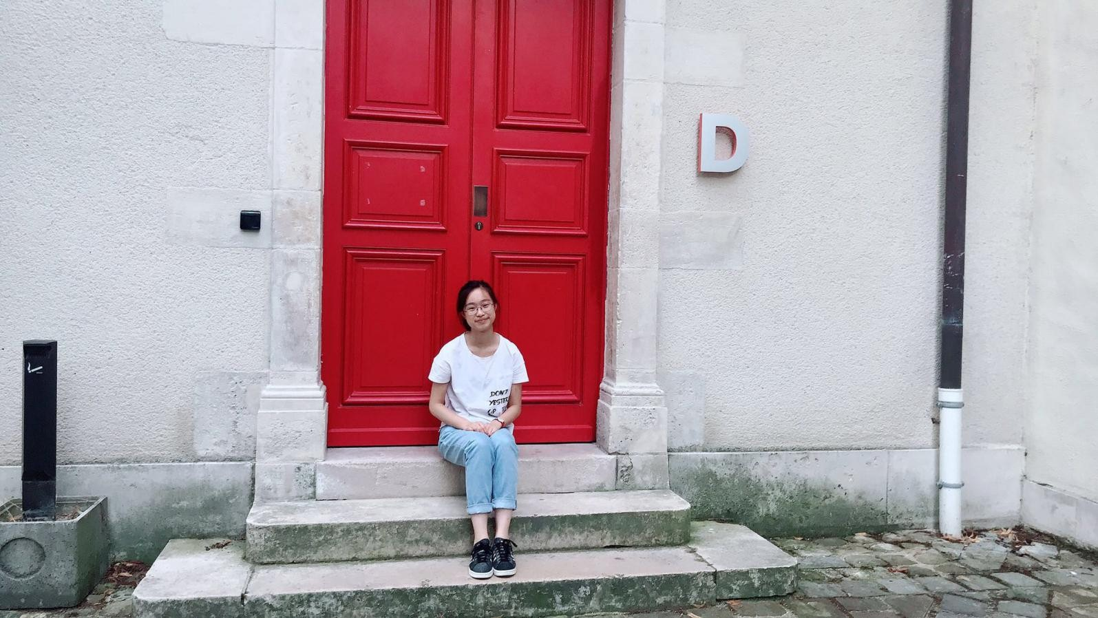 热烈祝贺我校高三英法双语学子贺虹璇被巴黎政治学院录取